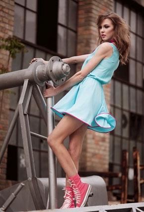 Как носить высокие кеды с юбкой
