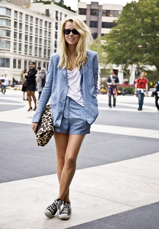 Пиджак юбка и кеды