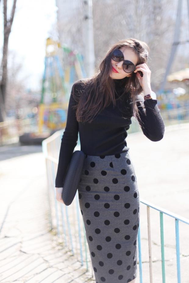 Темно синяя юбка в горошек с чем носить