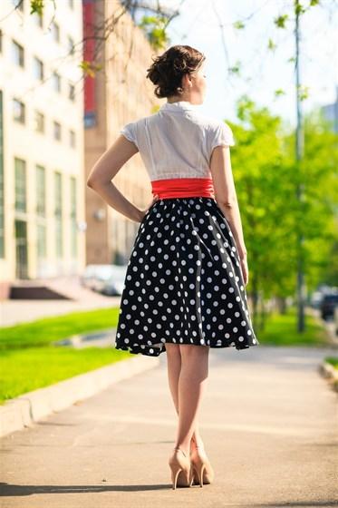 Синяя юбка в белый горох с чем носить