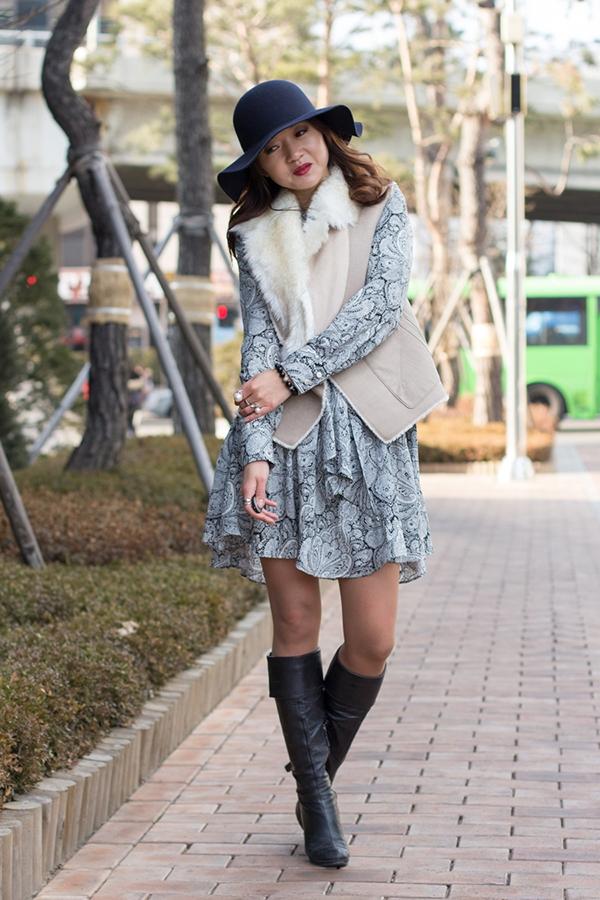 Платье, шляпа и жилет