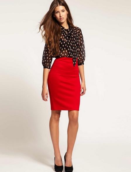 Платье с одним рукавом и красной юбкой