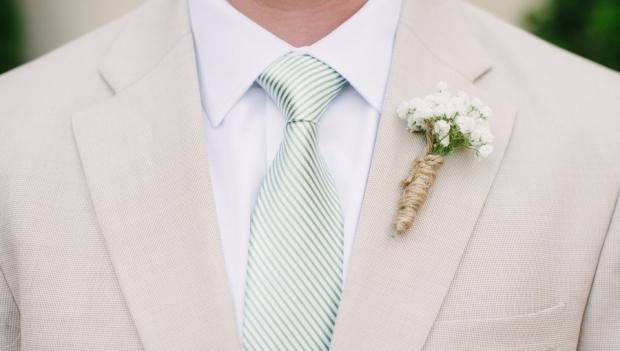 Качественная авторская информационная статья для людей (СДЛ). Как выбрать мужской костюм на свадьбу? Главное – чтобы костюмчик сидел. Статья расскажет об основных рекомендациях при выборе, значении цвета и важности аксессуаров свадебного мужского костюма.