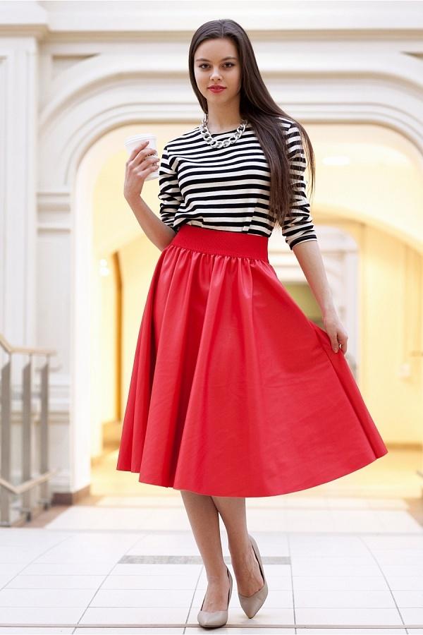 Красная юбка выше колен