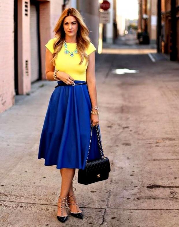 Желтый топ синяя юбка