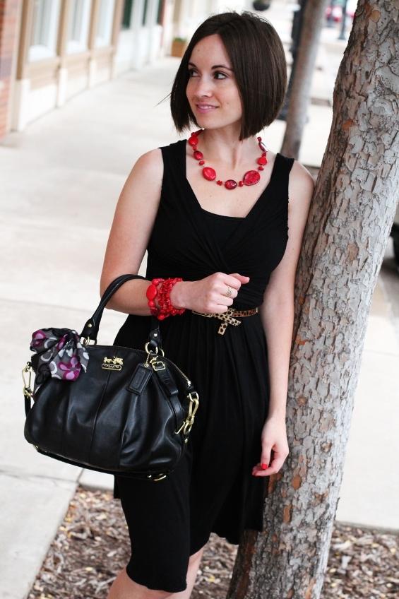 Красная бижутерия и чёрное платье