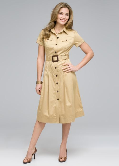 cfe3922a13d5 Классика стиля сафари – это длинное приталенное платье-халат с пуговицами  или кнопками от подола до воротника и широким поясом. Платье выполнено из  плотной ...