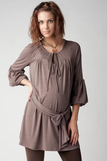9d49c94c5c2a709 Дополнением к тунике могут стать облегающие джинсы с эластичной вставкой на  животе и яркая курточка. Такая комфортная одежда позволит любой беременной  ...