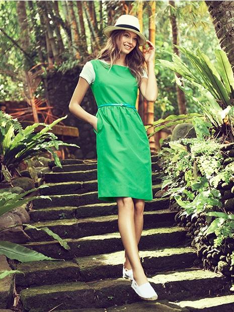 Синее платье с зелеными босоножками