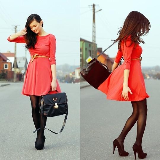 Девушка в красном платье и чулках фото 455-714