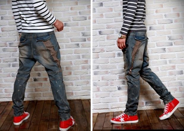61ca09e0 Также под джинсовые штаны с низкой проймой подойдут белые туфли с узким  носком. Такой наряд – отличное решение для летнего вечера.