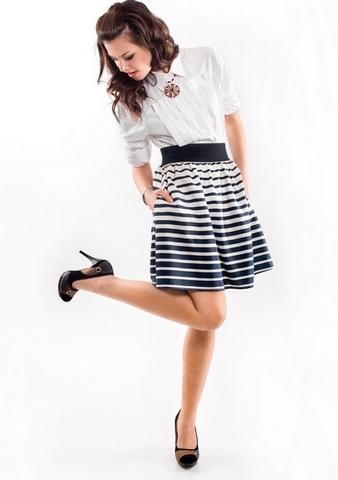 Черно-белая юбка в полоску с чем одеть