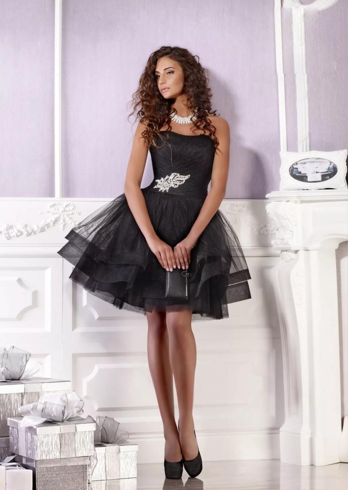 8b78f704d67 Многослойная юбка часто выполняется из фатина или плотной ткани. Обычно  верх модели менее выразительный и достаточно простой.