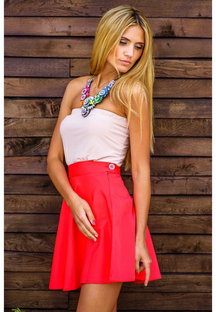 Девушка в красной юбочке
