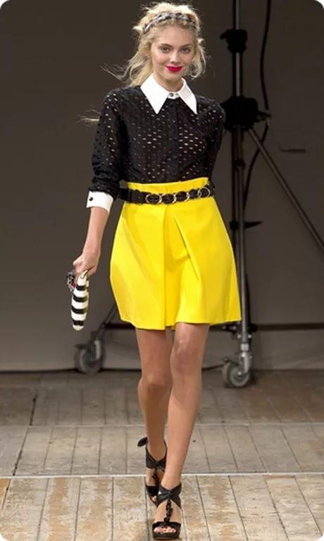 Жёлтая юбка чёрная блузка