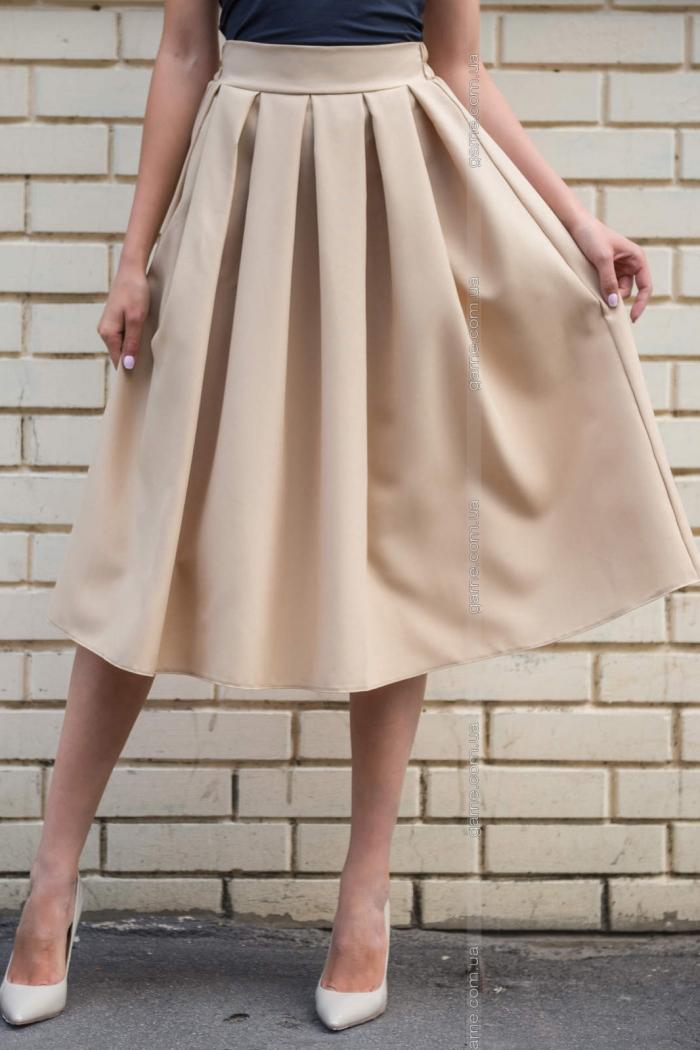 Бежевая юбка какой верх