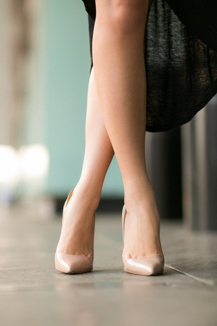 Сексуально демонстрирует ножки