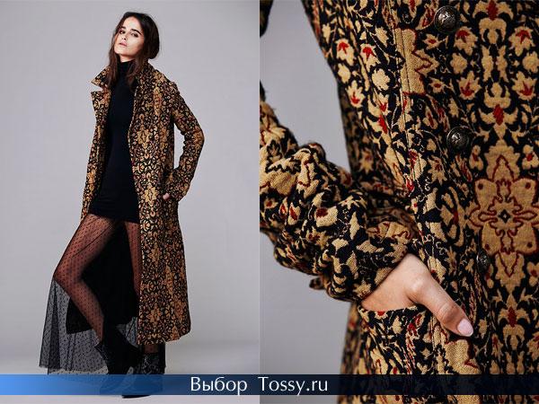 Черное пальто украшенное золотыми аппликациями