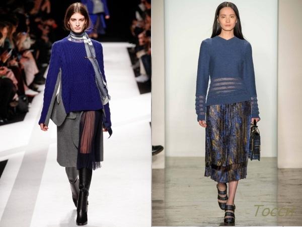 Синий свитер в сочетании с юбкой